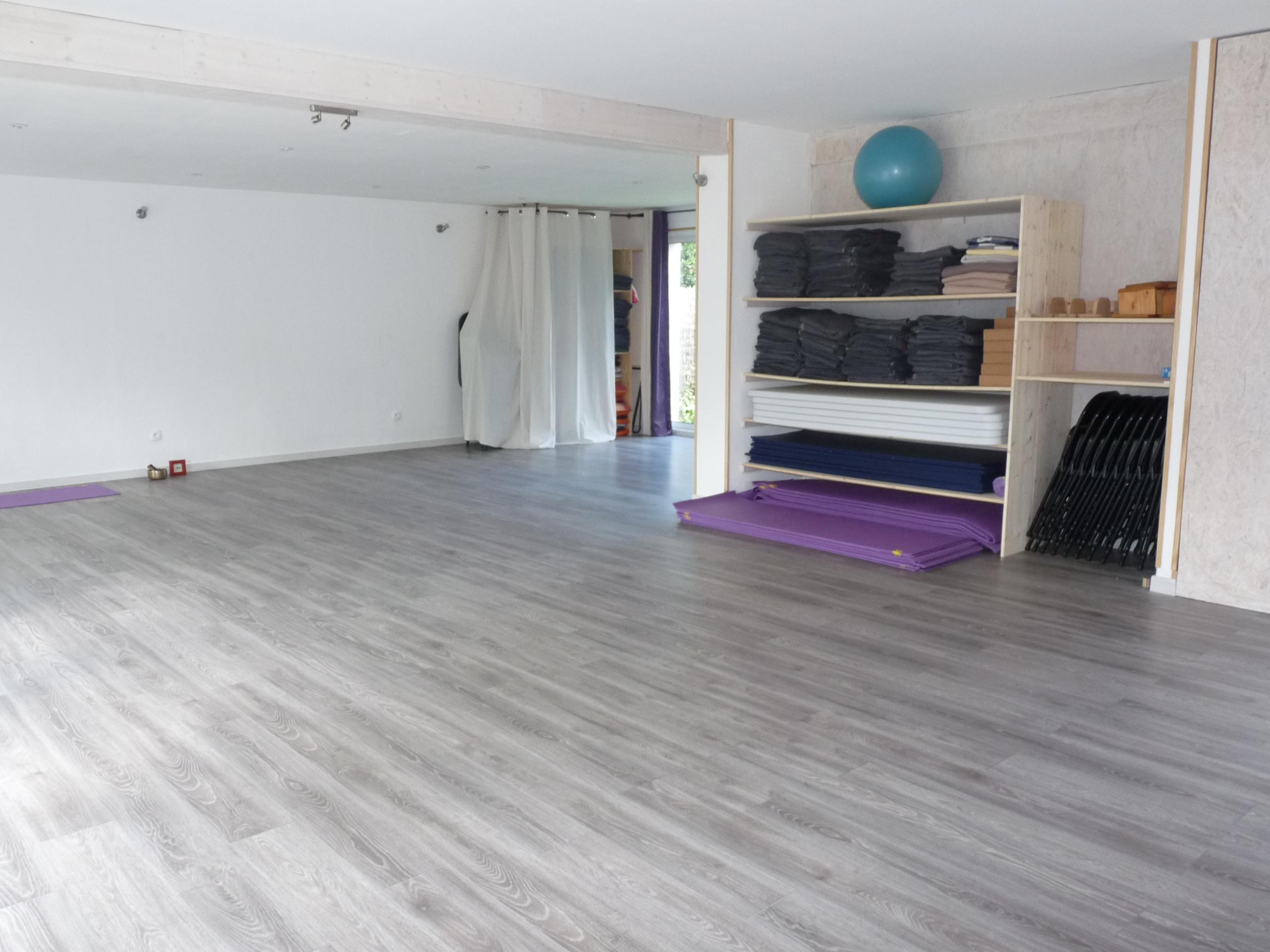 Salle yoga vue mur est rangement